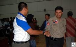 SELAMAT-- Irwan Basir memberi selamat kepada anggota Tagana yang baru menyelesaikan pelatihan yang digelar Dinsos Sumbar beberapa waktu lalu